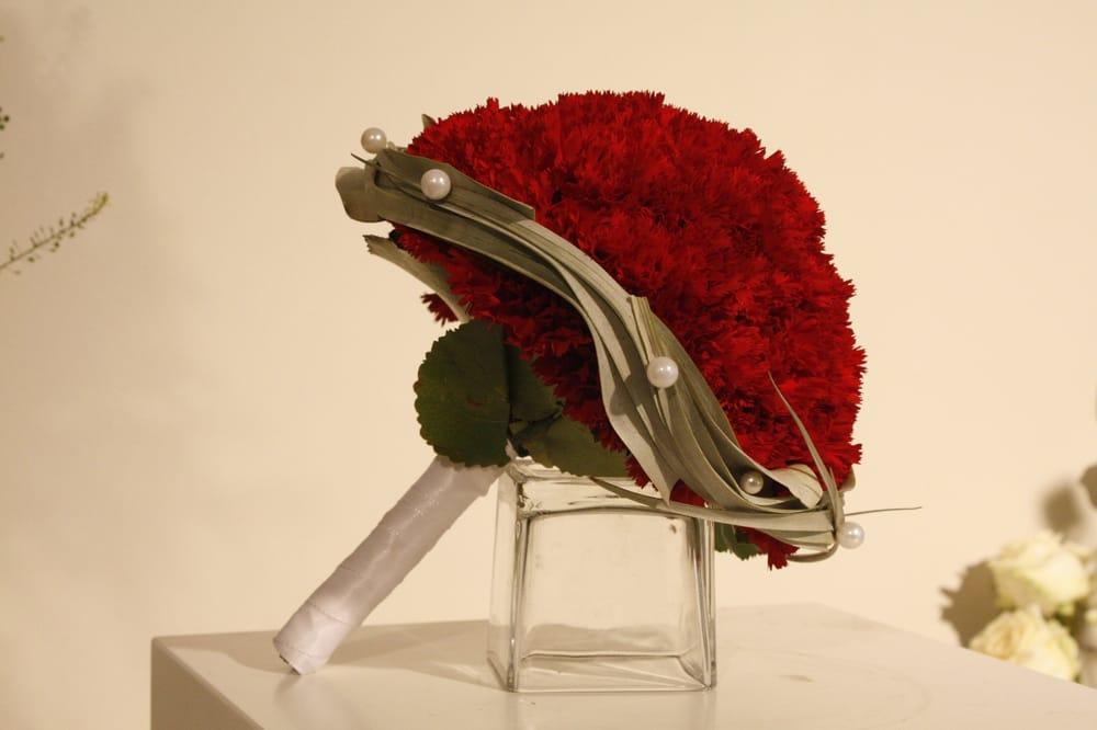 Brautstrauss Kopf An Kopf Mit Roten Nelken Gebunden Yelp