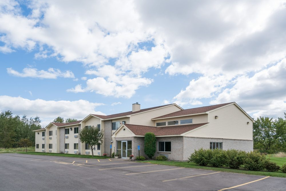 Super 8 by Wyndham Milaca: 635 10th Ave SE, Milaca, MN
