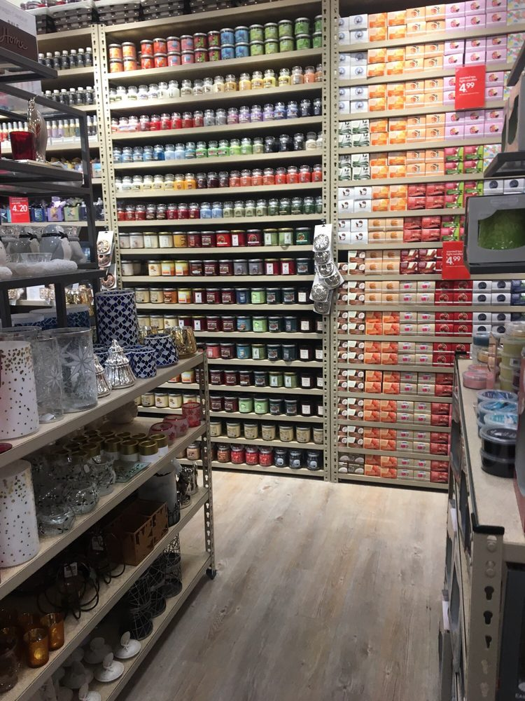 Yankee Candle: 801 Bass Pro Dr NW, Altoona, IA