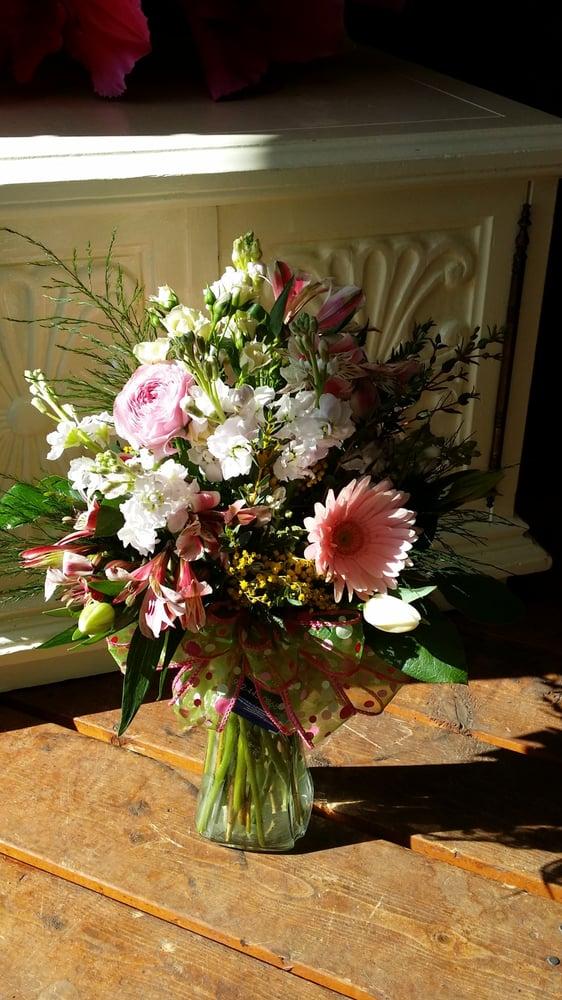 Shakopee Florist: 409 1st Ave E, Shakopee, MN
