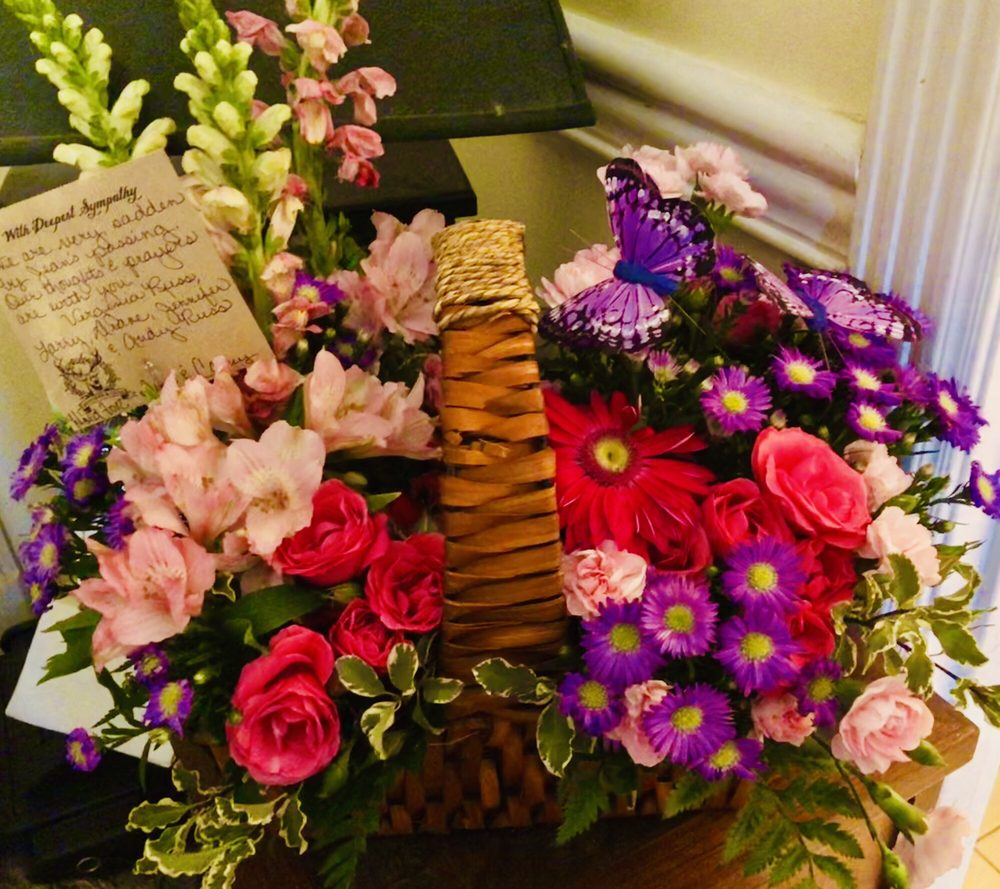 Bratcher & Co Florals & Gifts: 104 S Tyler St, Morgantown, KY