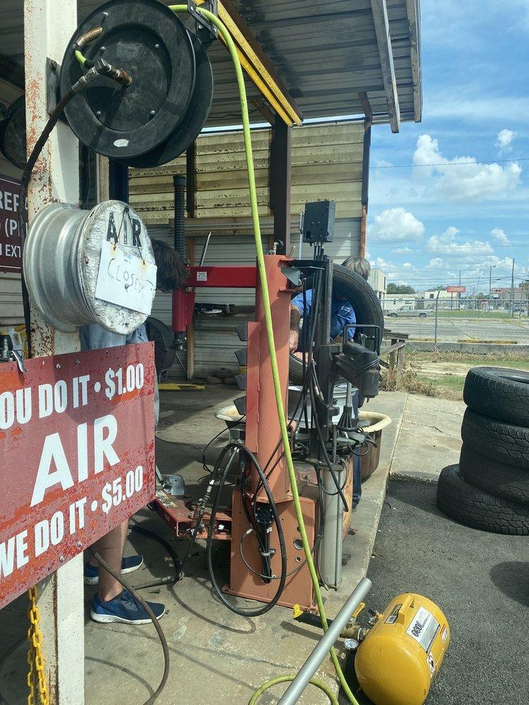 Dent's Dixie Station: 314 W Fourth St, Adel, GA