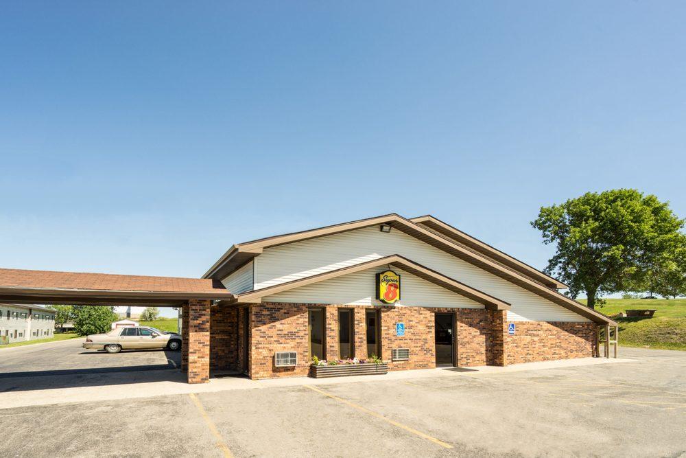 Super 8 by Wyndham Fergus Falls: 2454 College Way, Fergus Falls, MN