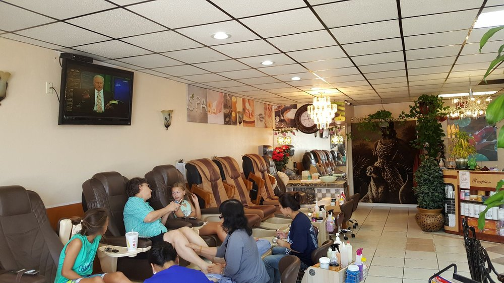 Deluxe Spa Nails: 1048 N Pacific St, Mineola, TX