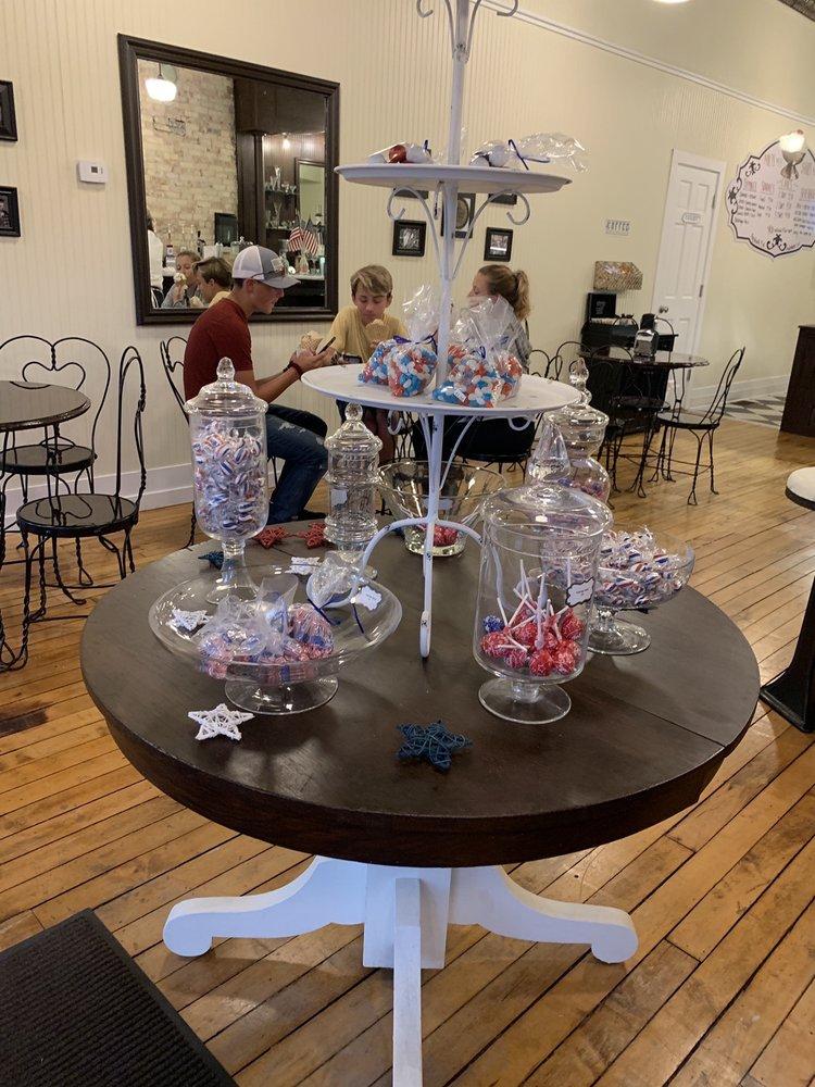 Main Street Ice Cream Shoppe & Old Fashion Soda Fountain: 1002 4th Ave, Lake Odessa, MI