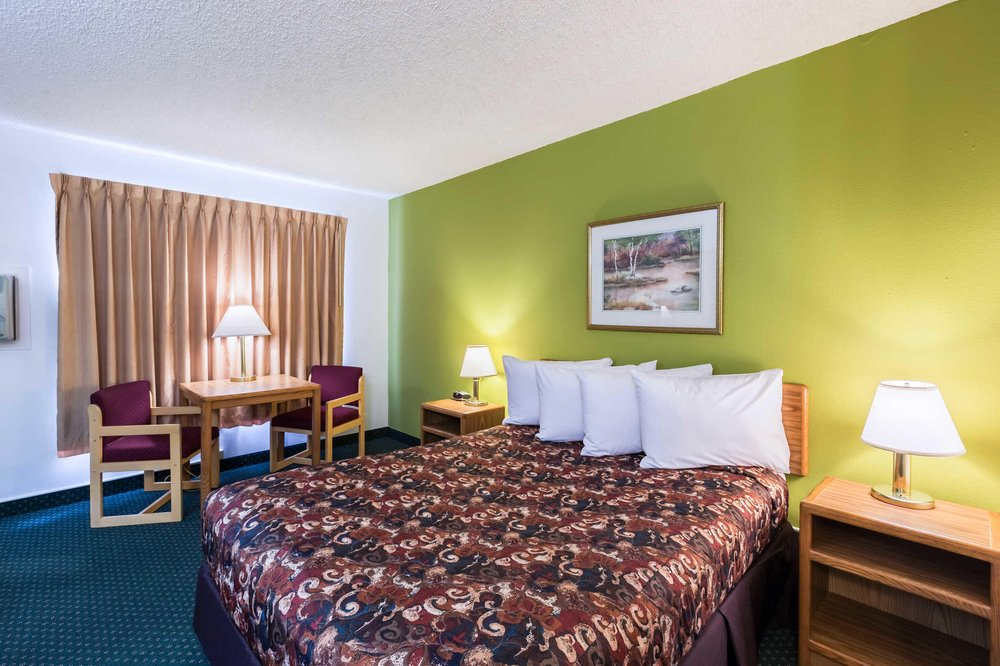 Rodeway Inn: 3205 S Locust St, Grand Island, NE