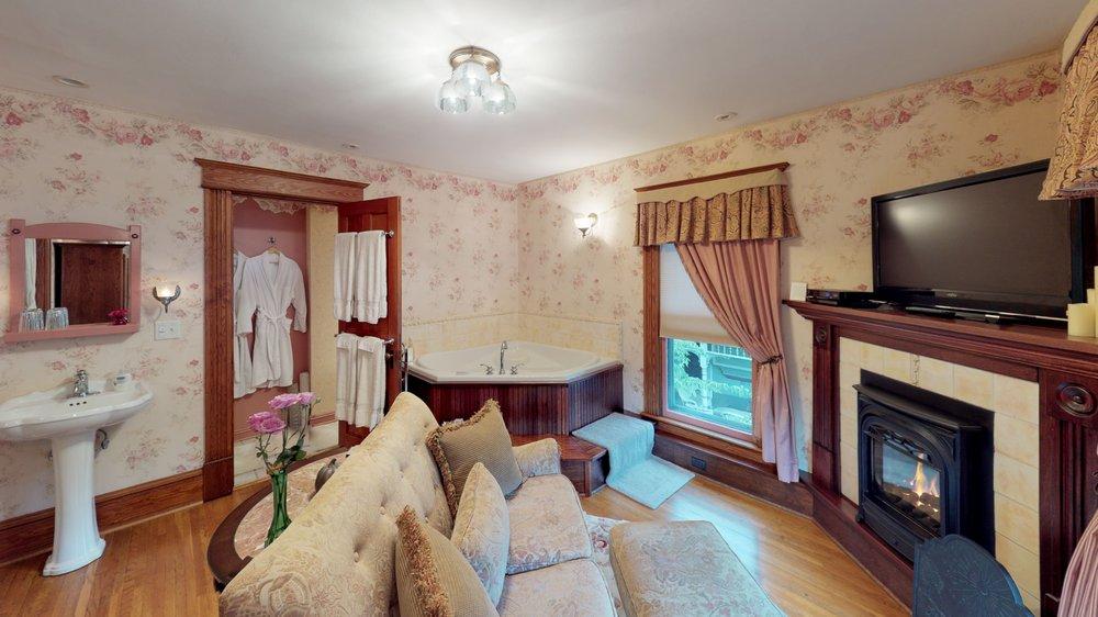 Bella Rose Bed and Breakfast: 290 North Main St, Canandaigua, NY