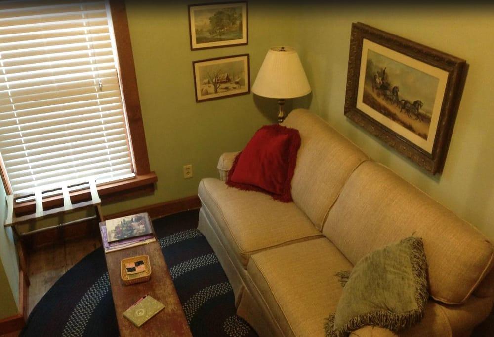 Strawberry Farm Bed & Breakfast: 3402 Tipton Rd, Muscatine, IA