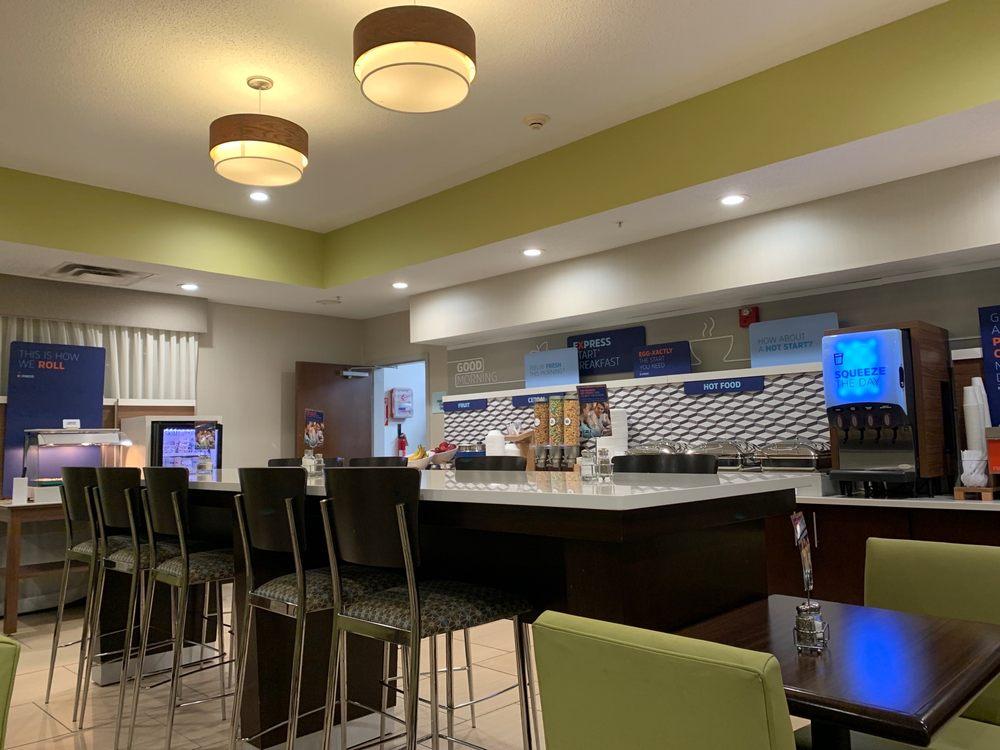 Holiday Inn Express & Suites Cincinnati-Blue Ash: 4660 Creek Rd, Blue Ash, OH