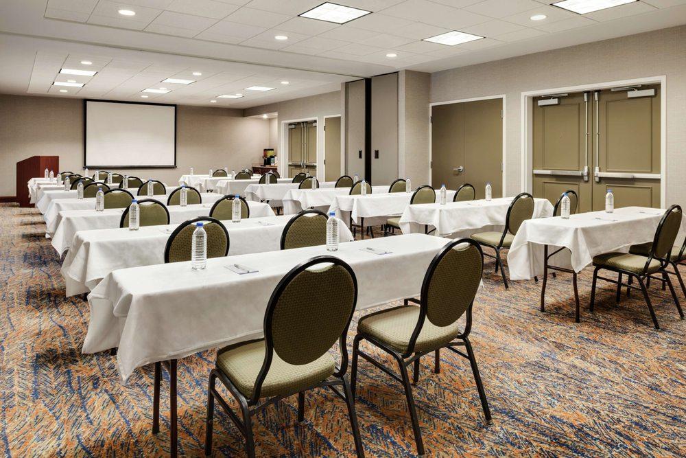 Hilton Garden Inn Dubuque Downtown: 1801 Greyhound Park Dr, Dubuque, IA