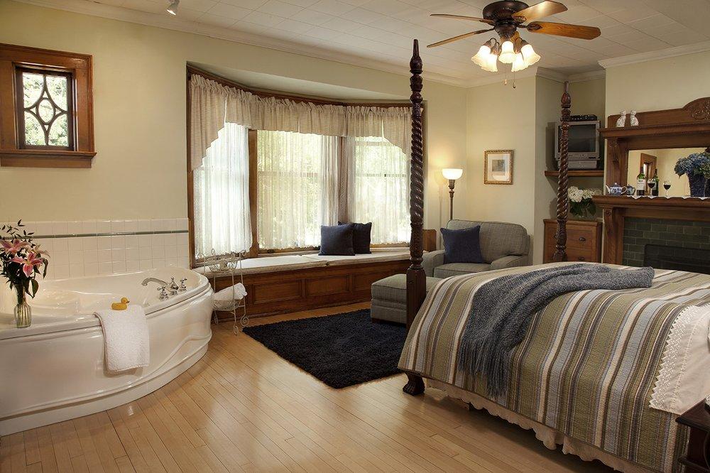 Honeybee Inn Bed & Breakfast: 611 E Walnut St, Horicon, WI