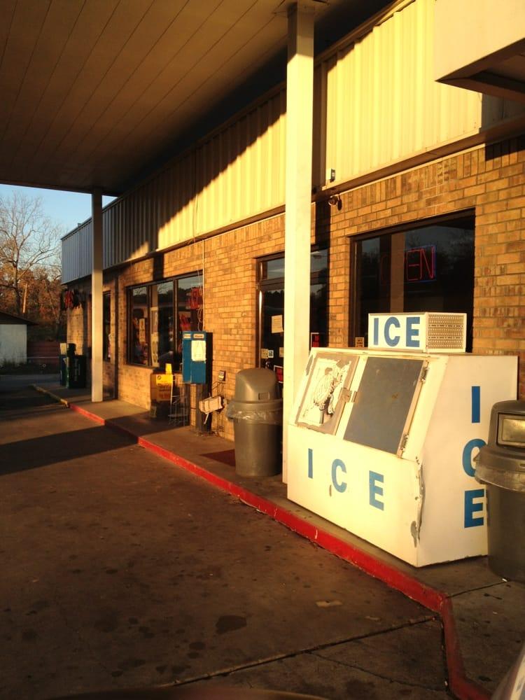 Topps Food & Fuel: 304 Broadnax St, Daingerfield, TX