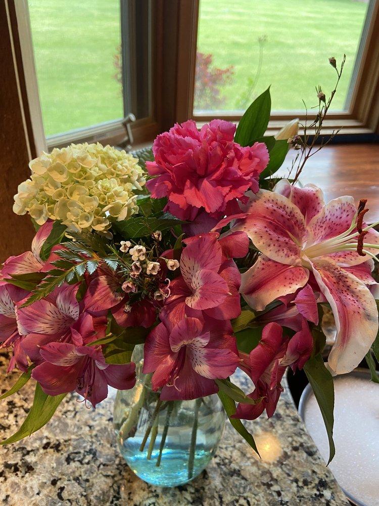 Purcellville Florist: 701 W Main St, Purcellville, VA