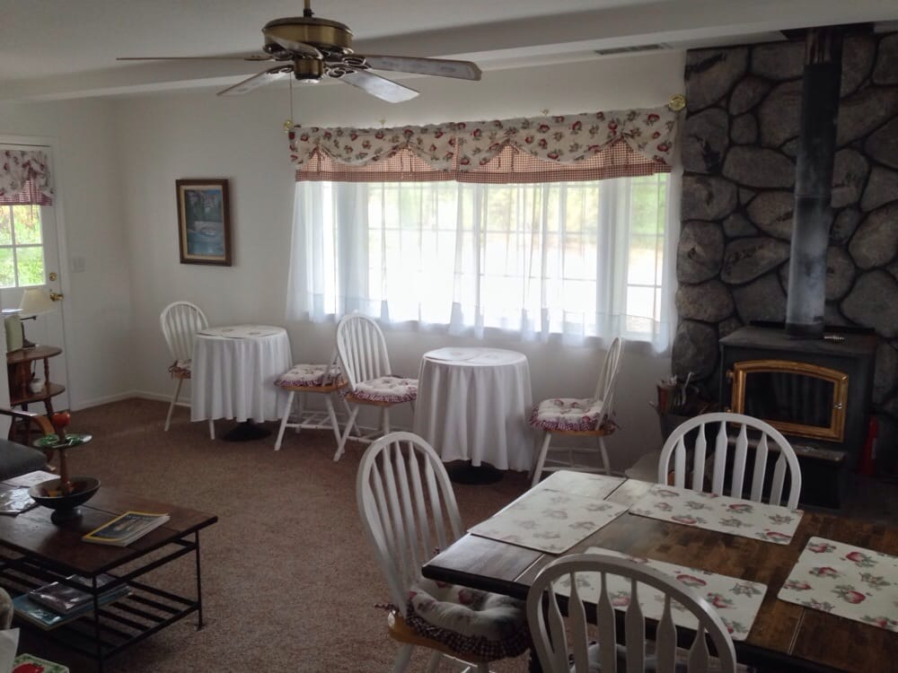Apple Blossom Inn Bed & Breakfast: 44606 Silver Spur Trl, Ahwahnee, CA