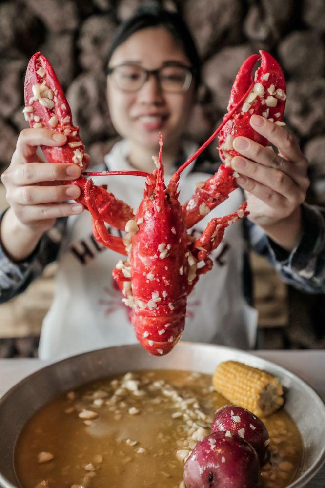 Hook & Reel Cajun Seafood & Bar: 11721 Metcalf Ave, Overland Park, KS