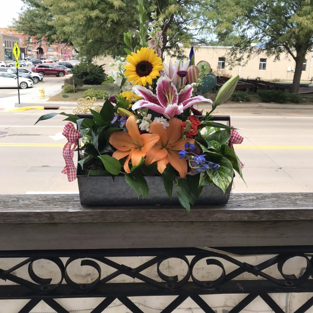 L Lenae Designs & Floral: 110 Capitol St, Yankton, SD