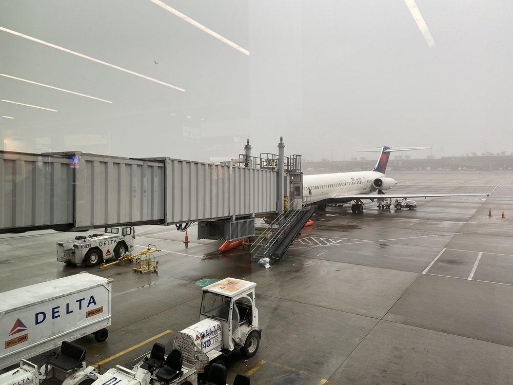 Delta Airlines: 1 Saarinen Cir, Dulles, VA