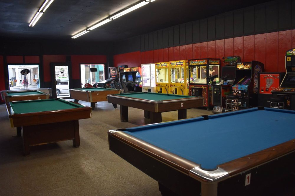 1 UP Game Room -n- Grill: 117 W Central St, Harlan, KY