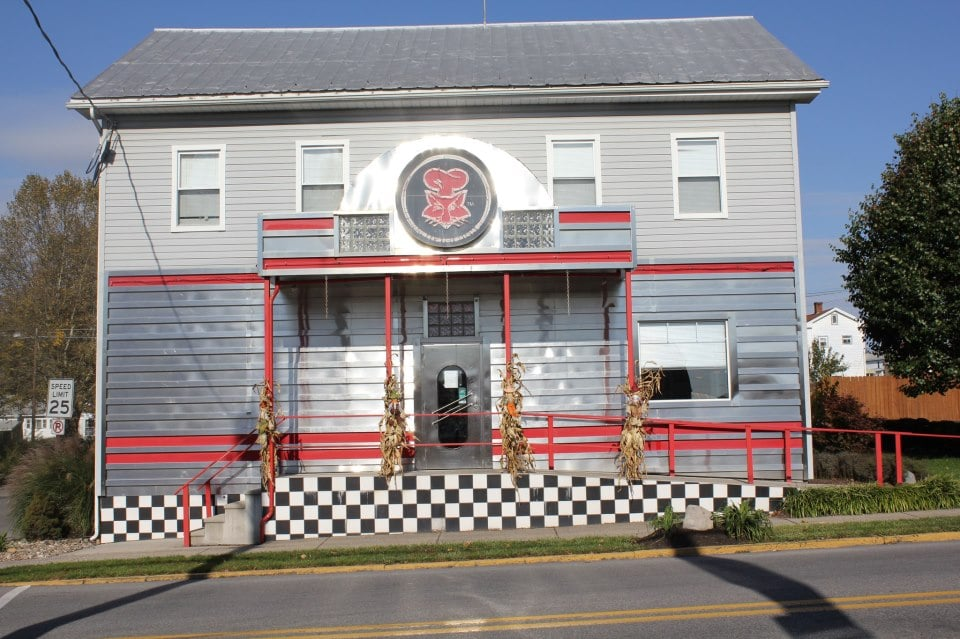 Fox's Pizza Den: 128 W Allegheny St, Martinsburg, PA