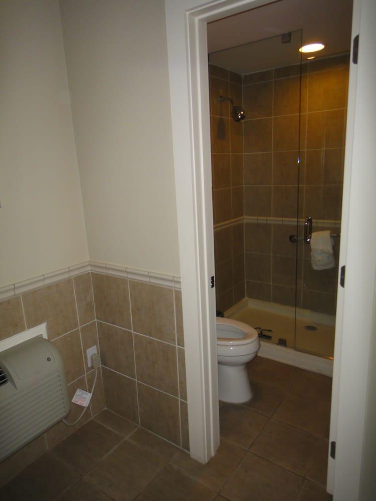 toilette mit gro er dusche yelp. Black Bedroom Furniture Sets. Home Design Ideas