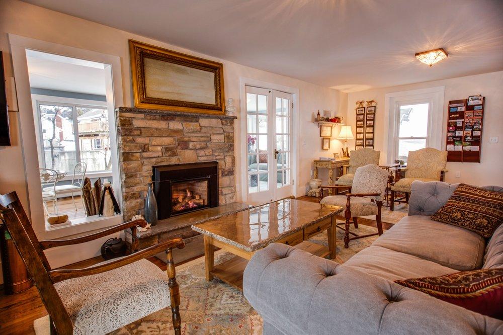 Steamboat Castle Bed & Breakfast: 289 W Lake Rd, Penn Yan, NY