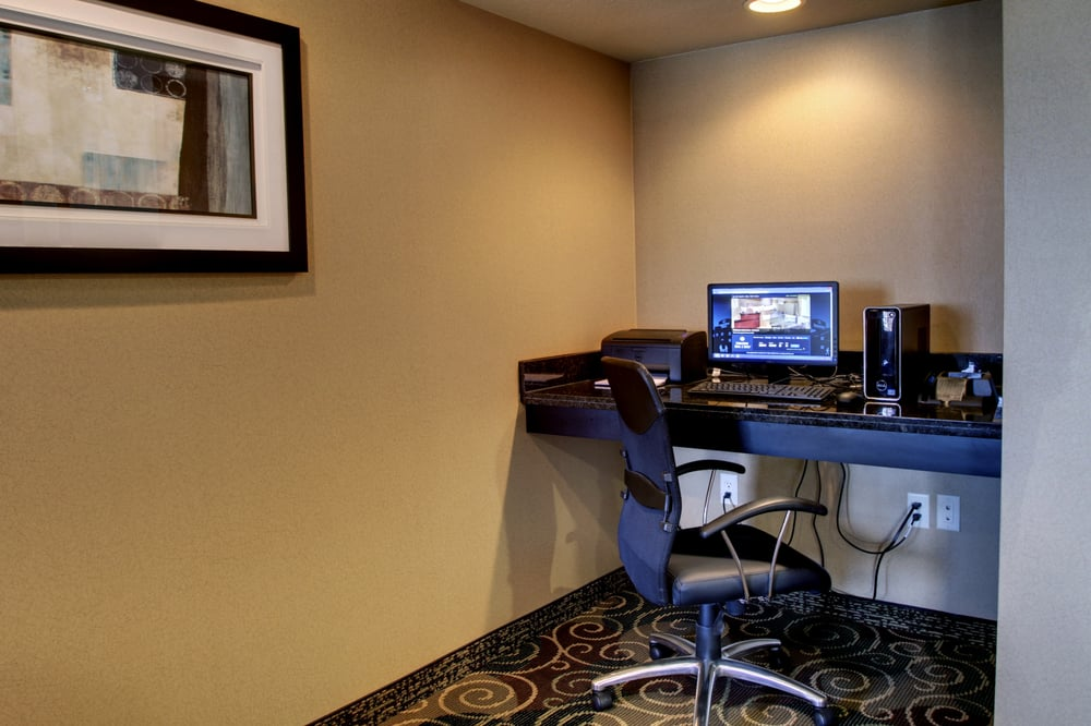Cobblestone Hotel & Suites - Newton: 100 Gregory Dr, Newton, IL