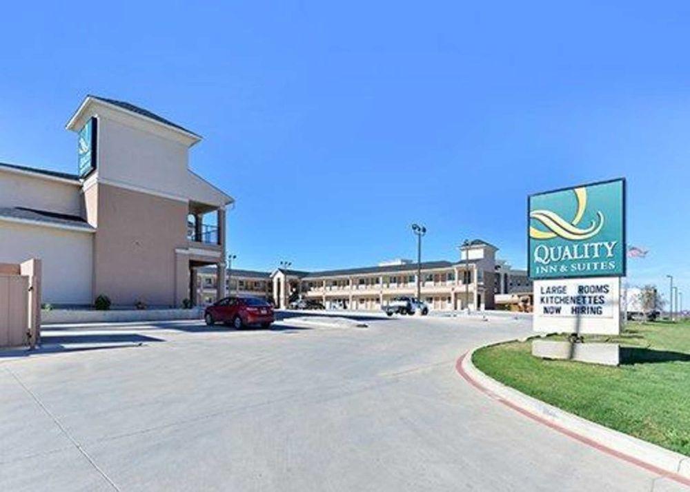 Quality Inn & Suites Carrizo Springs North: 2611 N US Hwy 83, Carrizo Springs, TX