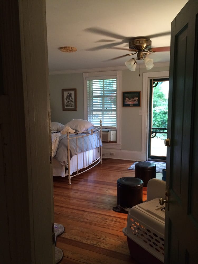 Hummingbird Inn: 30 Wood Ln, Goshen, VA