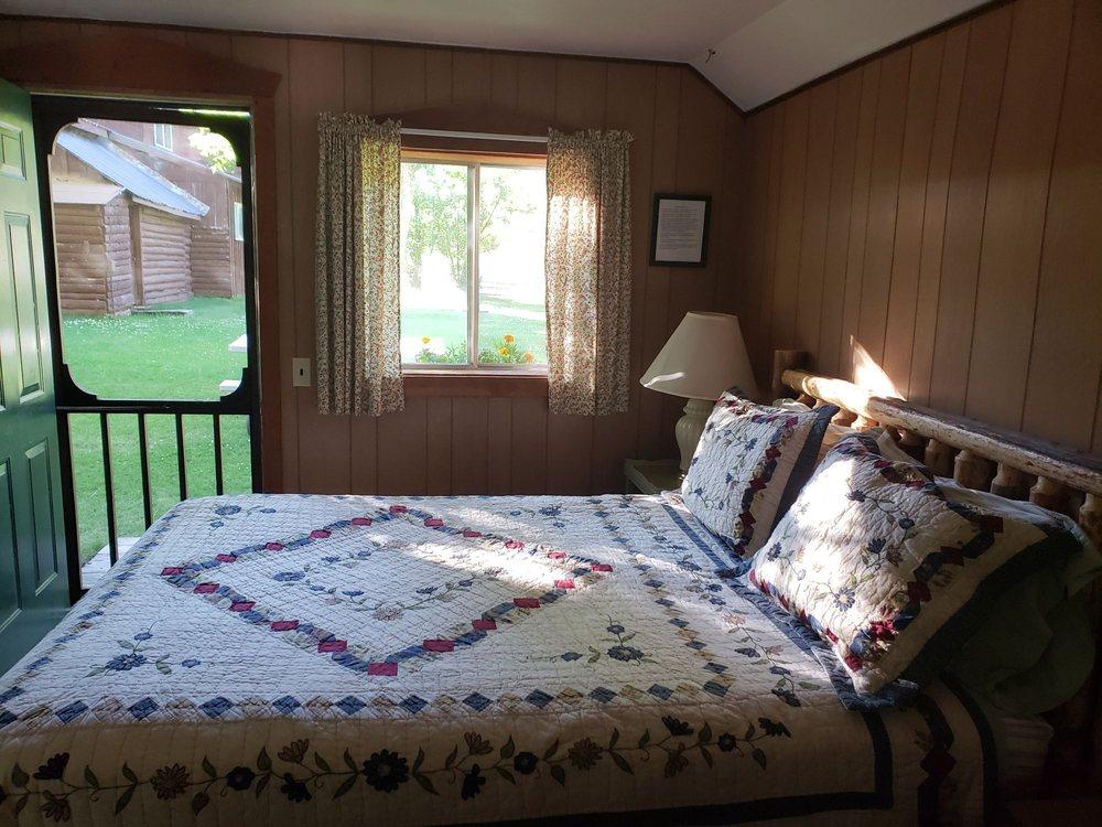 Torrey's Burnt Creek Inn: Hwy 75 Mile Post 210, Clayton, ID