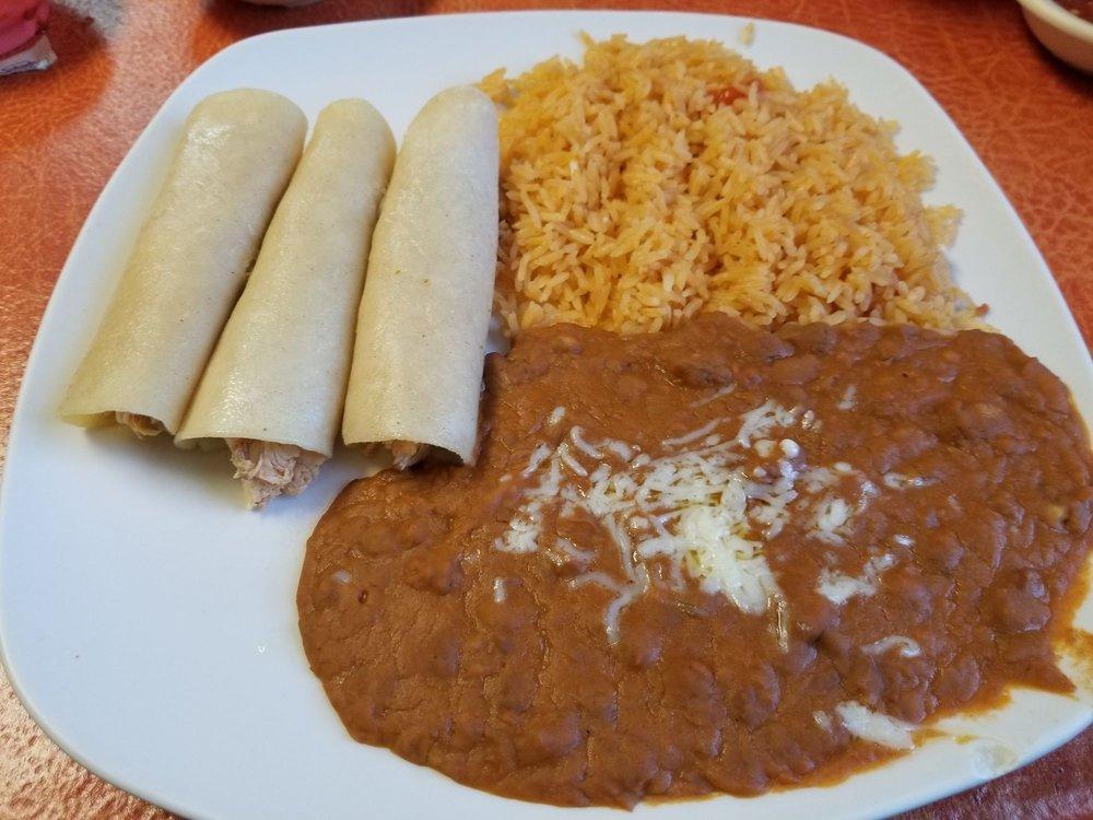 Medina's Restaurante: 302 W Saint John St, Girard, KS