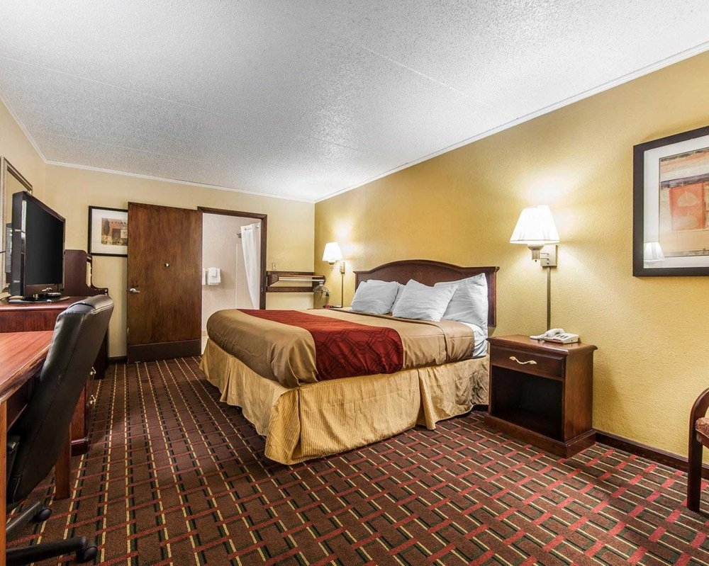 Econo Lodge: 1211 US 321 N, Lenoir City, TN