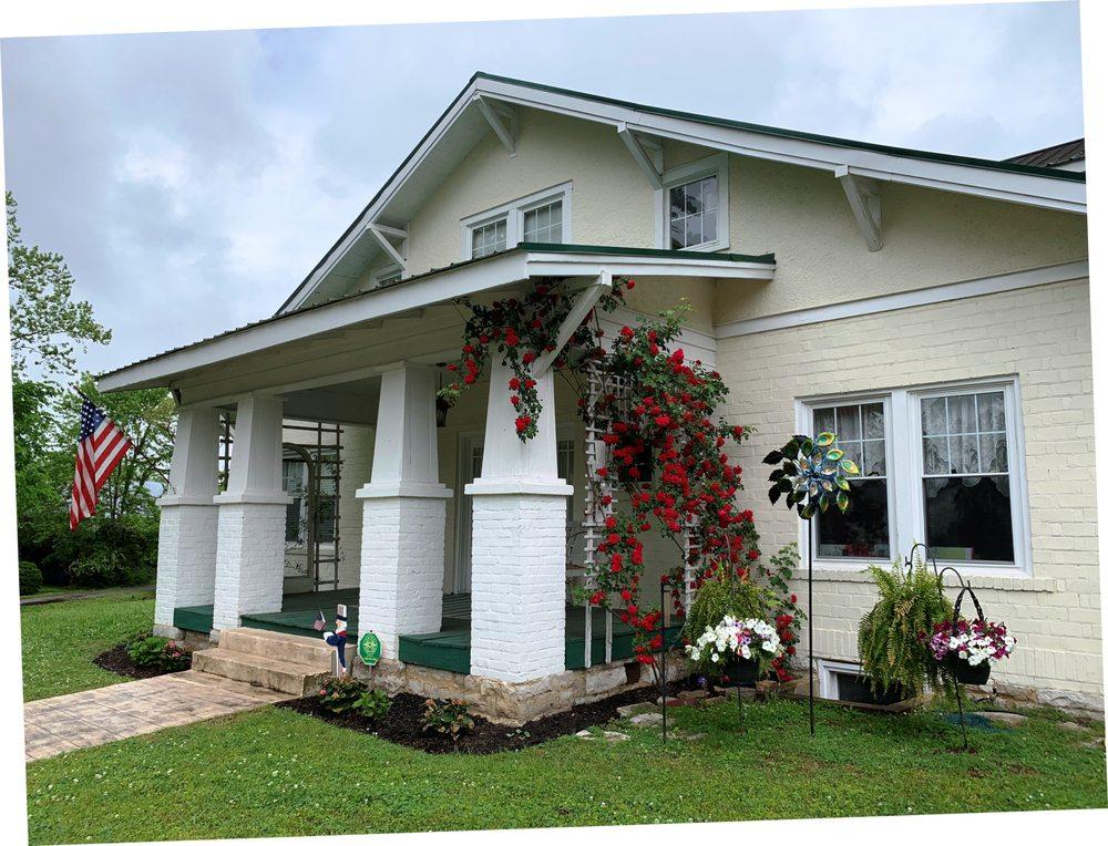 Hinkle Hill Inn Retreat House: 201 Hinkle Hill St E, Bell Buckle, TN