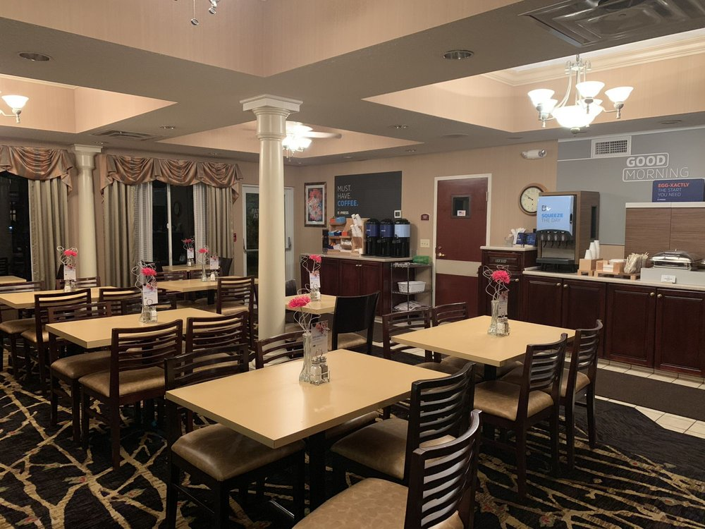 Holiday Inn Express & Suites Youngstown: 135 Highland Terrace Blvd, Warren, OH