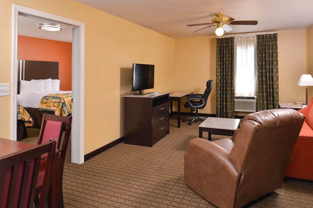 Douglas Inn & Suites: 2600 Westside Dr NW, Cleveland, TN