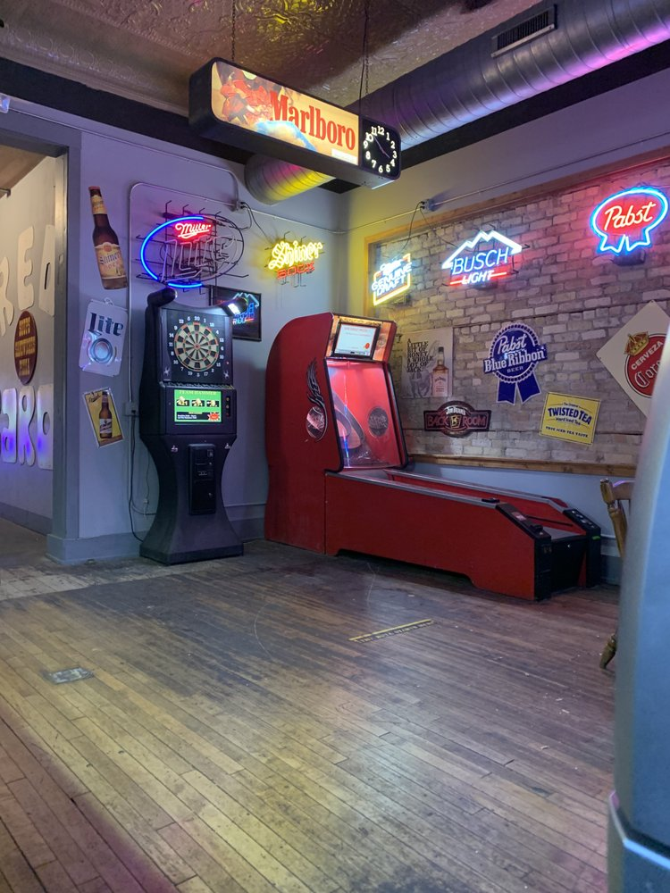 Red Baron Lounge & Pizza Pub: 626 Front St, Casselton, ND