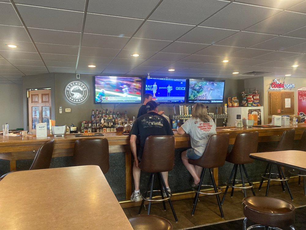 Willy's Sports Bar, Grille, and Casino: 1401 9th Ave SW, Watertown, SD