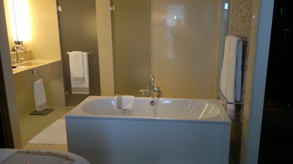 Der Badebereich einer Suite mit großen Badewanne und einem, im ...