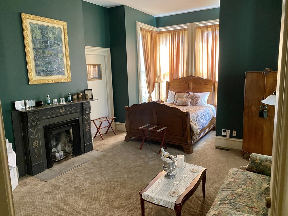 Hamilton House Bed & Breakfast: 328 W Main St, Whitewater, WI