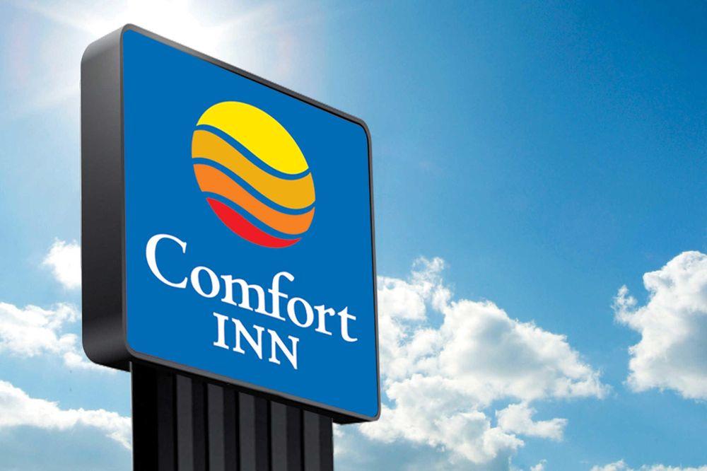 Comfort Inn & Suites: 2100 Swan Lake Blvd, Independence, IA