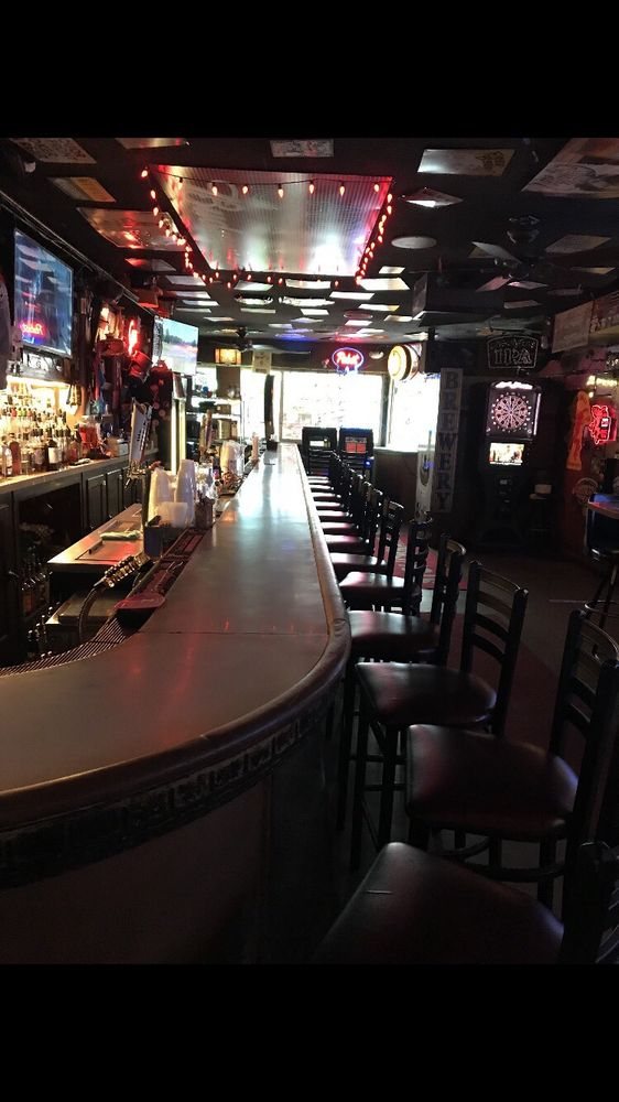 Top Hat Bar & Lounge: 508 S 1st Ave, Sioux Falls, SD