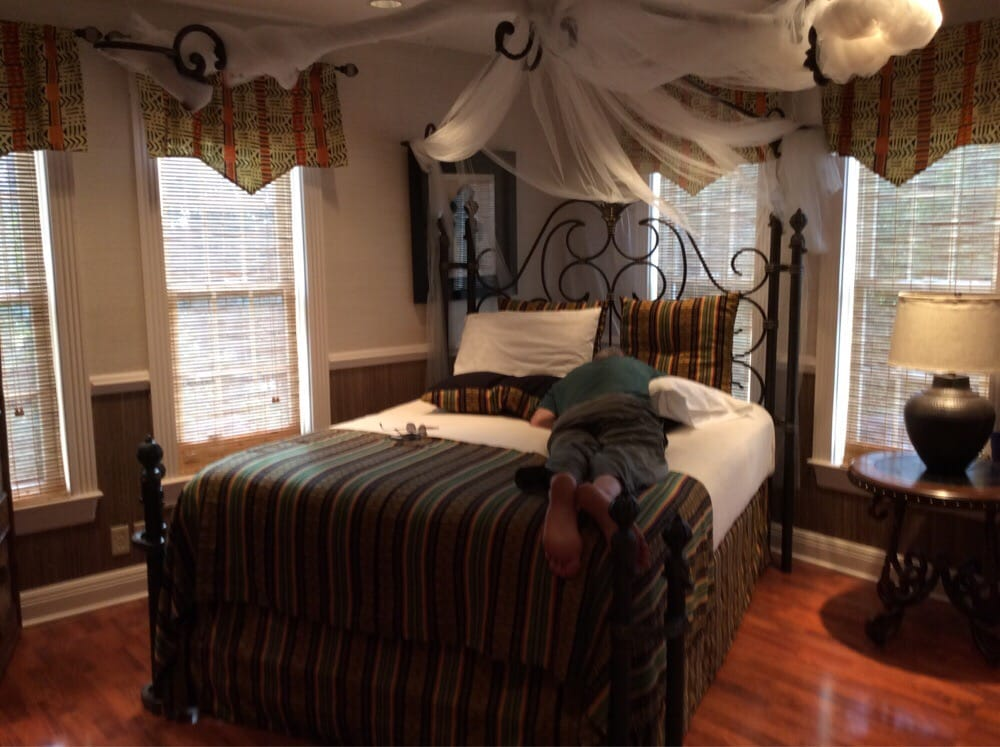 The Lake Manor Bed & Breakfast and Conference Center: 475 Fairchance Rd, Morgantown, WV