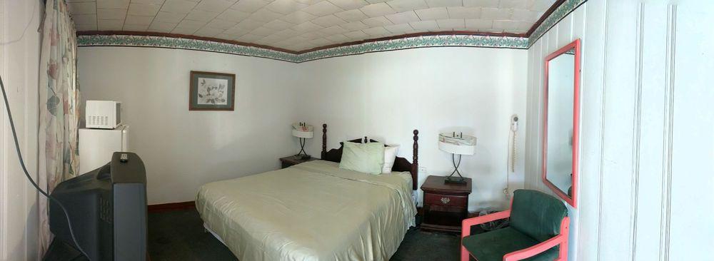 Colonial Inn Motel: 1921 Hwy 13 N, Columbia, MS