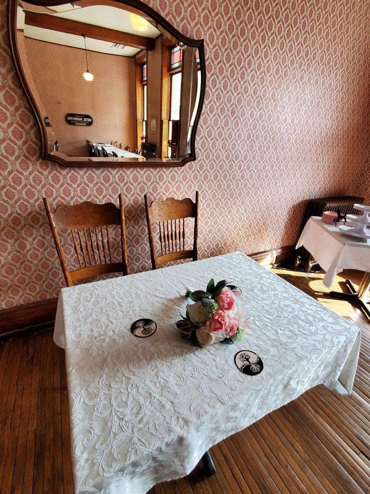 Manning Hotel-Motor Inn & Restaurant: 100 Van Buren St, Keosauqua, IA