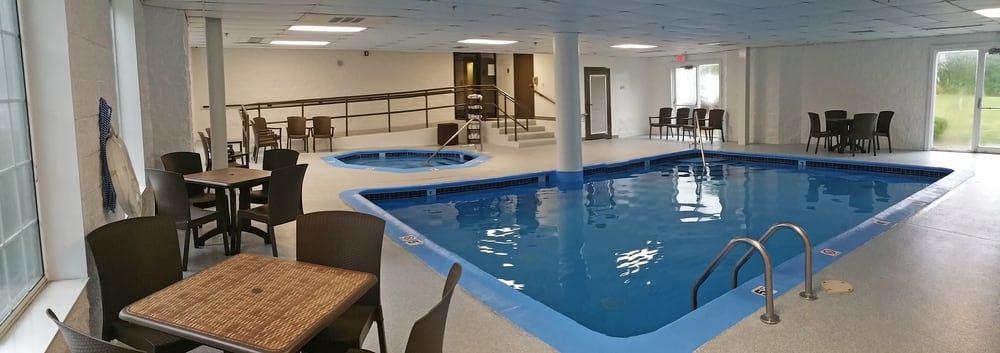Charlevoix Inn and Suites: 800 Petoskey Ave, Charlevoix, MI