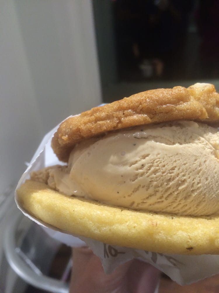 Ice cream sandwich white chocolate macadamia nut sugar for White chocolate macadamia nut ice cream