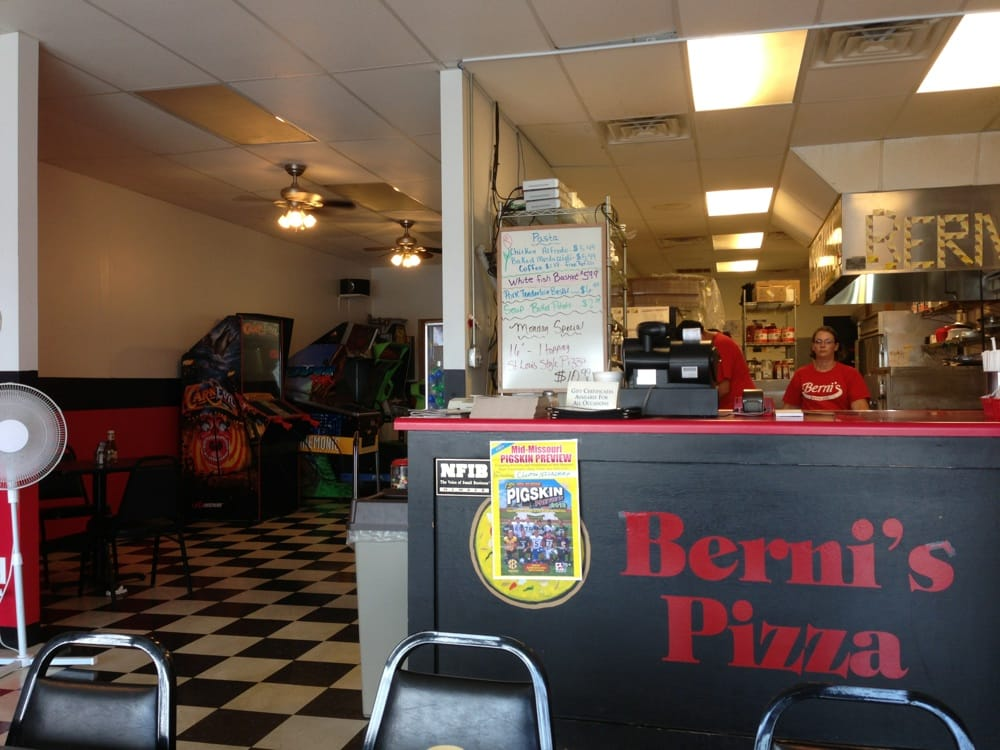 Berni's Pizza: 106 Broadway St, Elsberry, MO