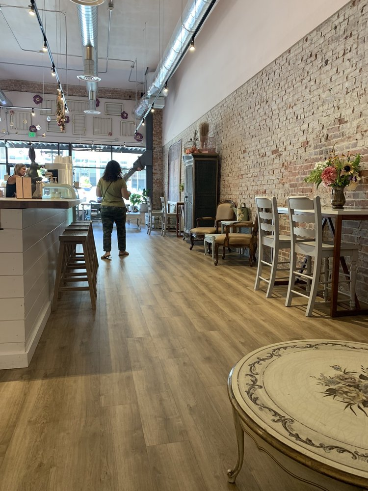 La Vie En Coffee Bar & Bakery: 35 S Wenatchee Ave, Wenatchee, WA
