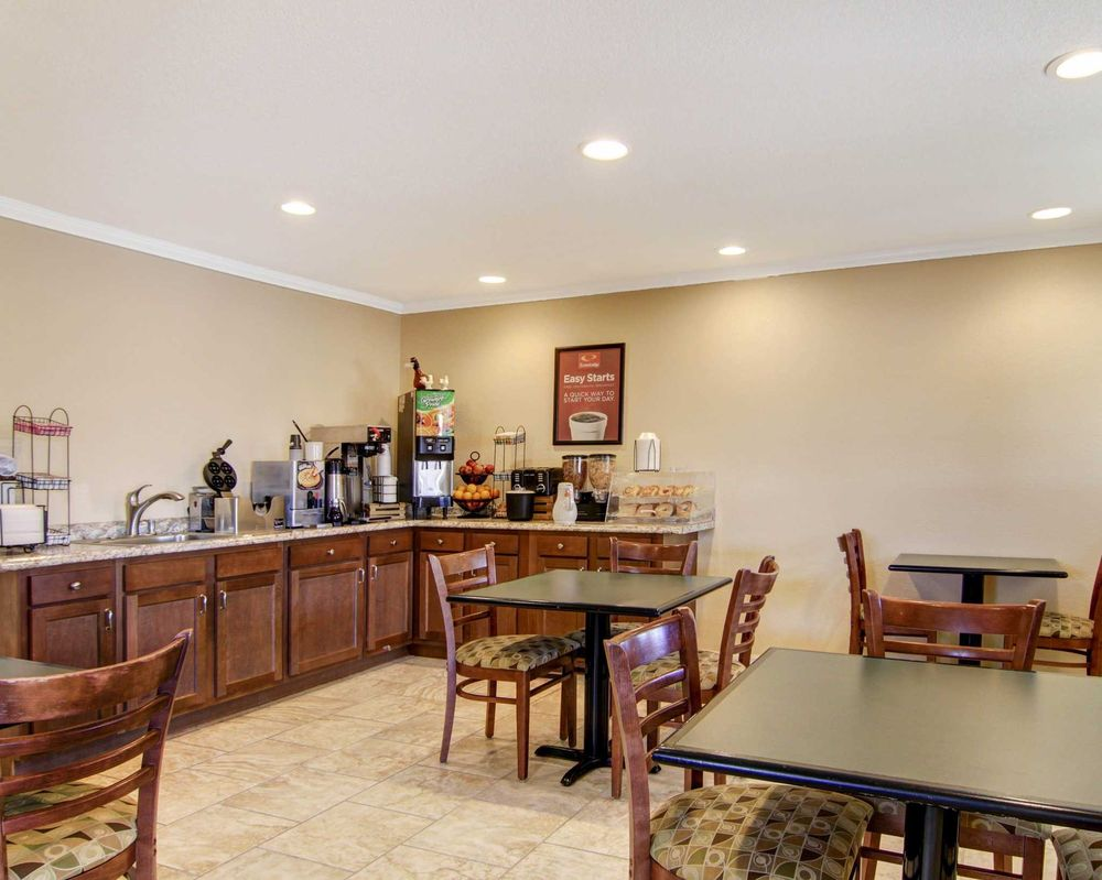 Econo Lodge Inn & Suites: 2295 Historic US 66, Santa Rosa, NM