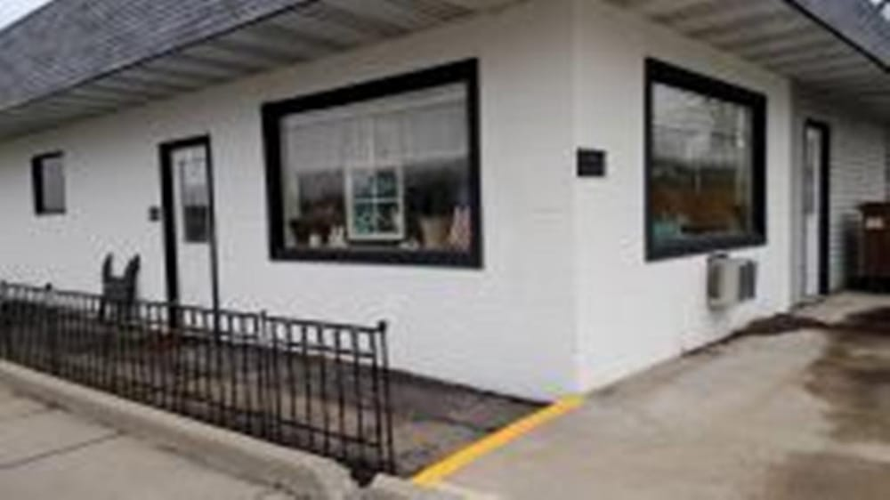 Off The Leash: 101 E Springfield Rd, Arcola, IL