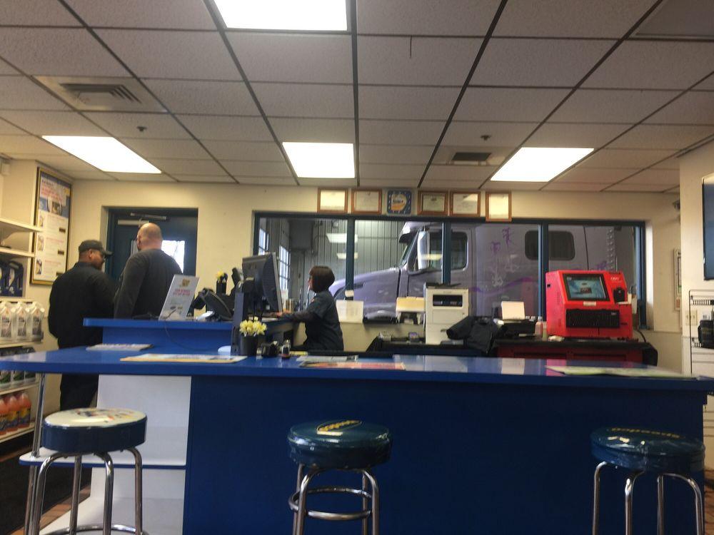 Speedco Truck Lube and Tires: 12227 Melinda Ln NE, Aurora, OR